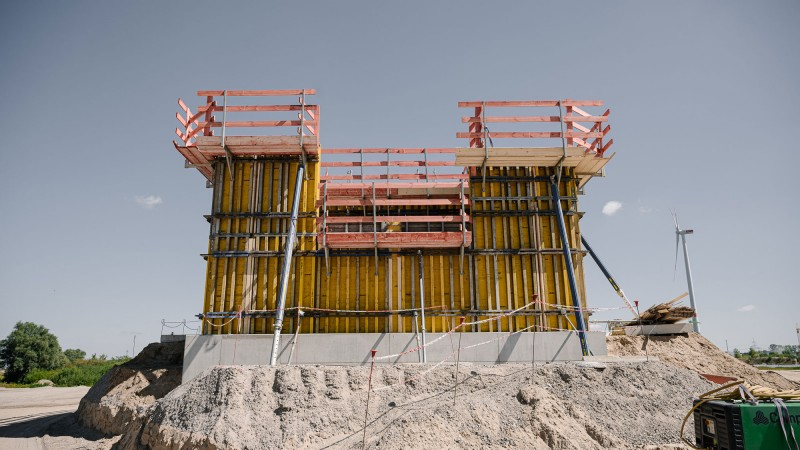 Ansicht einer Baugrube und Baugerüst © Joel Kernasenko