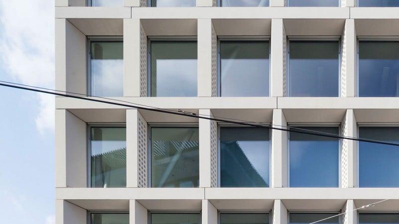 Post am Rochus Detailaufnahme Fensterfront