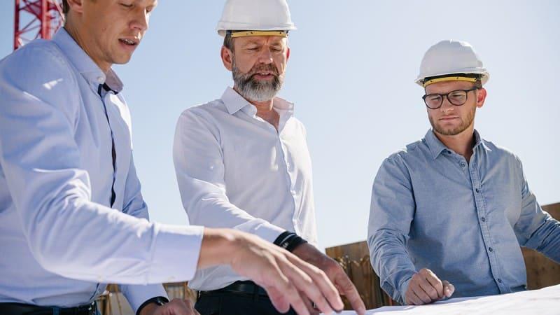 Teambesprechung auf der Baustelle