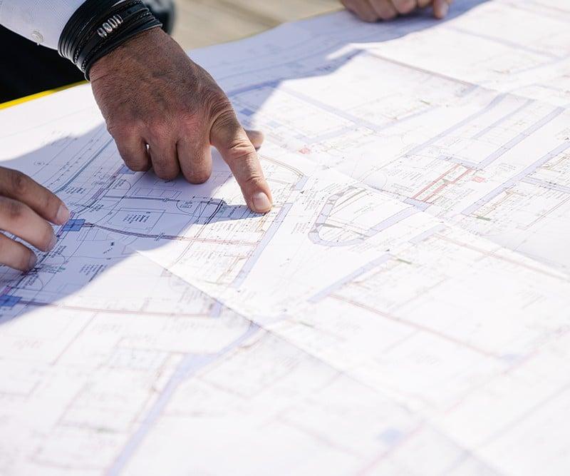 Lehre in Bautechnischer Assistenz: Hände auf Bauskizze