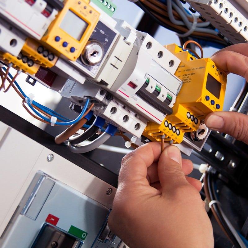 Detailaufnahme von elektrotechnischer Anlagenarbeit