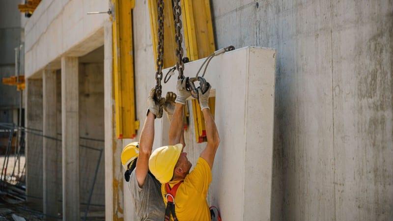 Arbeiten in der HABAU: Zwei Mitarbeiter gemeinsam bei der Arbeit